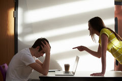男性和女性大学生争论在教室 免版税图库摄影