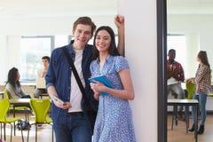 男性和女性大学生画象在教室 库存照片