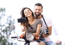 男性和女性小型摩托车的在镇 库存照片