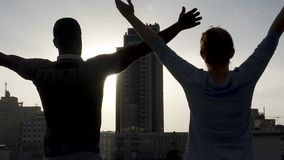 男性和女性引人入胜的太阳能量在大都会中部,镇静和轻松 股票录像