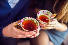 男性和女性手用茶 免版税库存图片