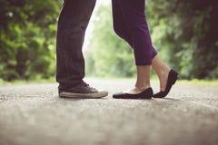男性和女性腿和黑鞋子,葡萄酒口气 免版税库存图片