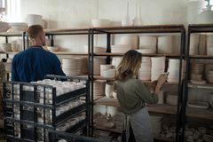 男性和女性陶器陶瓷工运作的维护的纪录  免版税库存照片