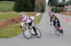 男性和女性骑自行车者赛跑 库存照片