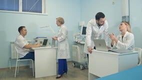 男性和女性医生谈论医疗案件在办公室 免版税图库摄影