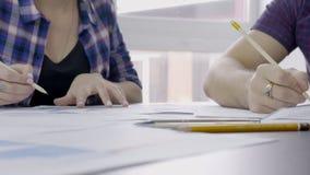 男性和女性finansial逻辑分析方法,手在办公室他们建立bitcion proce趋向起动  影视素材