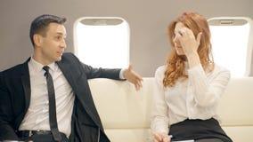 男性和女性lawers谈话在私人喷气式飞机 股票视频