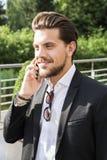 男性商人或工作者黑衣服的谈话在电话 免版税库存照片