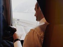男性商人旅客列车读一本书 库存照片