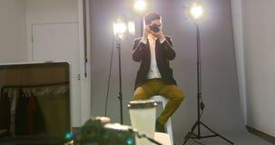 男性在他的数字照相机的摄影师回顾的被夺取的照片 股票视频
