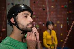 男性在健身俱乐部的运动员佩带的体育盔甲 免版税图库摄影