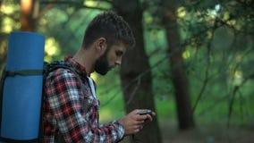 男性在森林里丢失使用指南针驾驶,发现从森林的出口 股票视频