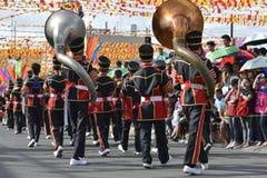 男性在街道上的乐队成员戏剧低音垫铁在每年军乐队陈列时 库存图片