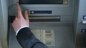 男性在ATM和撤出欧洲金钱现金,顶视图的手输入的别针代码 股票录像