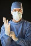 男性外科医生画象为手术做准备 免版税库存图片