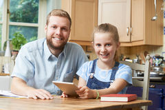 男性家庭有研究的家庭教师帮助的女孩 库存图片