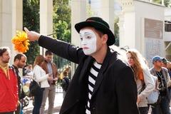 男性小丑画象有花的在节日` Clownfest `在公园Sokolniki在莫斯科 免版税库存图片