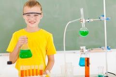 男性小学学生在实验室里 免版税库存图片