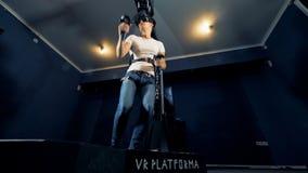 男性少年是跑和得到惊奇在虚拟现实模仿 股票视频