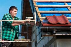 男性屋面防水工工作 免版税图库摄影