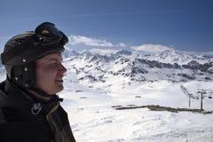 男性山描出滑雪者 免版税库存图片