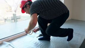 男性工作者在地板放置聚乙烯薄膜 影视素材