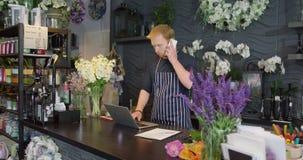 男性工作者在花卉商店 影视素材