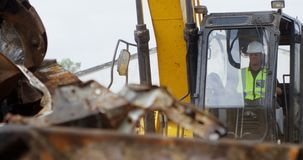 男性工作者运行的挖掘机机器4k 影视素材