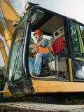 男性工作者运行的挖掘机 图库摄影