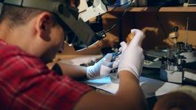 男性工匠修理与宝石的一个圆环 股票视频