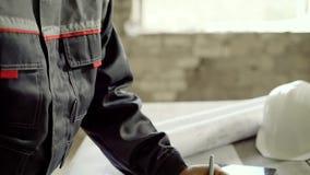 男性工程师做调整对建造场所图画,他在前工厂的大厦 股票录像