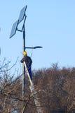 男性工程师在工作地点,太阳能集热器 库存照片