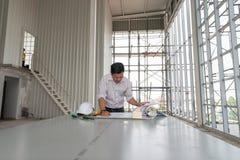 男性工程师在楼房建筑站立手表模型 库存照片
