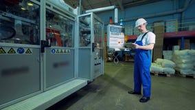 男性工程师处理在工厂单位的一张控制板 股票录像
