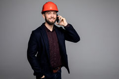 年轻男性工程师说在电话里 免版税库存照片