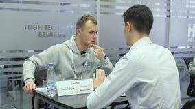 男性征兵人员听求职者在聘用期间在高科技公园米斯克,白俄罗斯11 24 18 股票录像