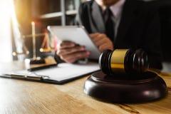 男性律师在有黄铜标度的办公室在木桌上 图库摄影