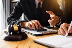 男性律师在有黄铜标度的办公室 免版税图库摄影