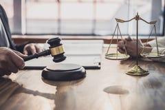 男性律师或法官与女实业家客户、法律和法律帮助概念咨询开队会议 免版税库存图片