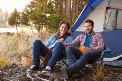 男性快乐夫妇画象在秋天野营的 库存照片