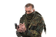 男性恐怖分子军事夹克 枪在他的手上 库存图片