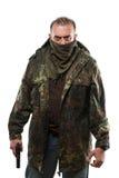 男性恐怖分子军事夹克 枪在他的手上 免版税库存照片