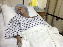 男性患者在手术前的医院病床上 免版税库存照片