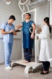 年轻男性患者在放射学中心 免版税库存图片