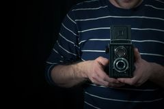 男性手举行一台中等格式照相机 免版税库存照片