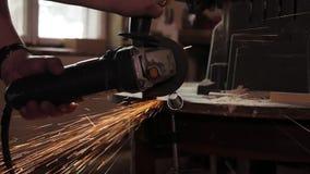 男性手切除了水管片断有角度研磨机的 飞溅火花 股票录像
