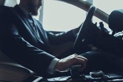 男性手变动齿轮和推进汽车特写镜头  免版税图库摄影