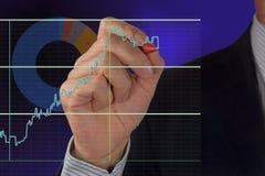 男性手和图表 免版税库存图片