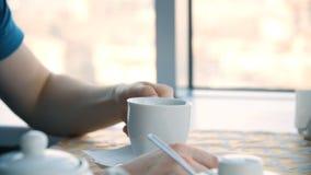 男性手和白色杯子 拿着空白的杯子,特写镜头的人 食用一个年轻英俊的人的特写镜头画象一杯咖啡 免版税库存图片