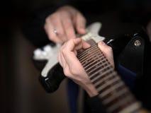 男性手夸大在电吉他的,关闭,选择的焦点 免版税库存照片